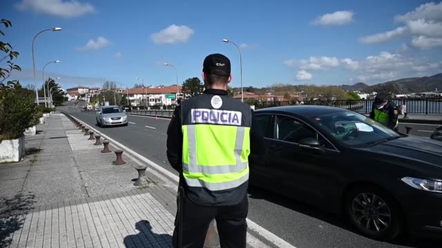 stockvideo's en b-roll-footage met spanish police controls traffic at the border crossing to france on the tenth day the spanish government tightened border crossing restrictions in an... - grens