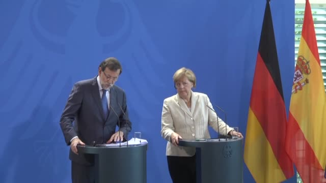 vidéos et rushes de spanish prime minister mariano rajoy and german chancellor angela merkel hold a joint press conference following their meeting at the german... - 2015