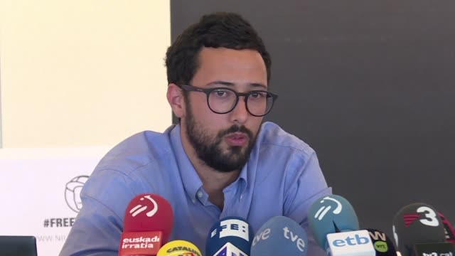 spanish rapper valtonyc who fled spain after being sentenced to three and a half years in prison for supporting terrorism in his lyrics gives a press... - esilio video stock e b–roll
