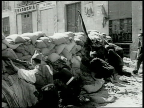 vídeos y material grabado en eventos de stock de spanish republican soldiers behind barricade in street ws street w/ building destroyed spanish republican soldiers behind barricade soldiers walking... - 1936