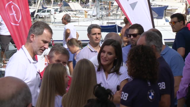 vídeos y material grabado en eventos de stock de spanish royals family sighting in mallorca - letizia