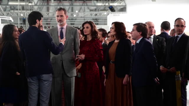 stockvideo's en b-roll-footage met spanish royals queen letizia of spain and king felipe vi of spain attend arco art fair 2020 at ifema on february 27 2020 in madrid spain - geproduceerd segment