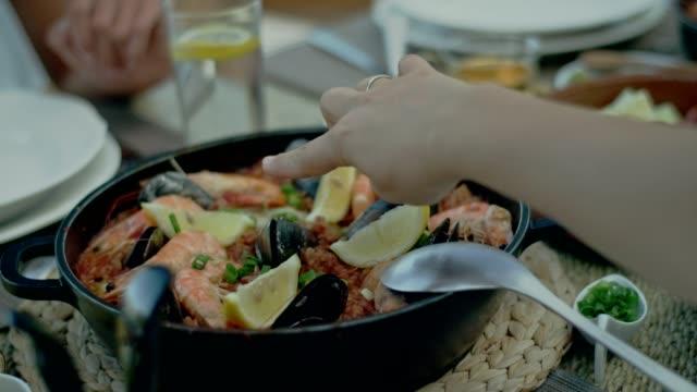 vídeos de stock e filmes b-roll de spanish seafood paella - cultura espanhola