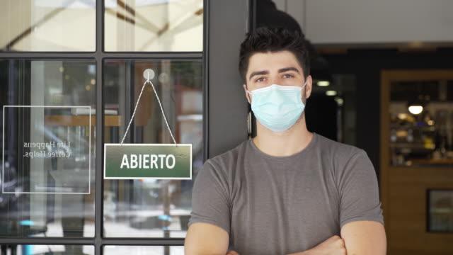 vídeos de stock e filmes b-roll de spanish small business owner during covid-19 pandemic - aberto