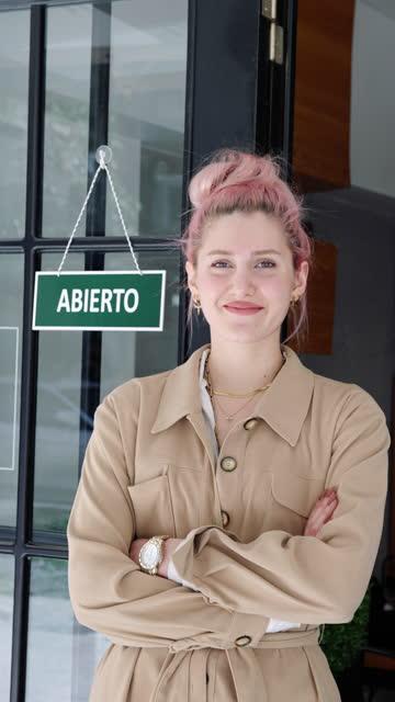 proprietario spagnolo di piccole imprese in posa - insegna di negozio video stock e b–roll