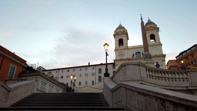 vídeos de stock, filmes e b-roll de escadaria espanhola na manhã, roma - steps and staircases