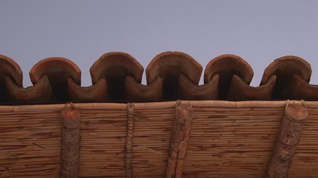 vidéos et rushes de cu la spanish-style wooden eaves and roof tile / santa barbara, california - toit en tuiles