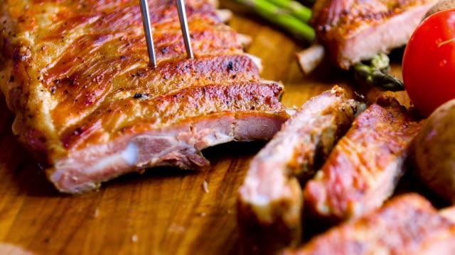 stockvideo's en b-roll-footage met sparerib - varkensvlees