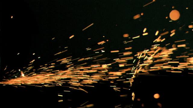 vídeos y material grabado en eventos de stock de sparks flowing in super slow motion on a surface - sparks