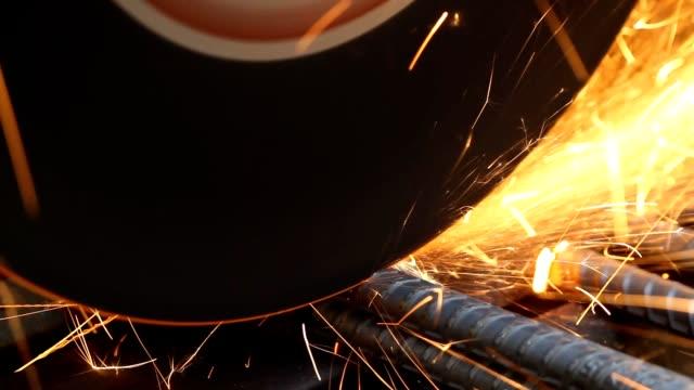 vídeos de stock, filmes e b-roll de faísca ao corte do metal - serra elétrica