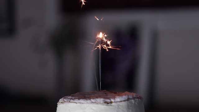 vidéos et rushes de feu d'artifice de sparkler sur le gâteau de célébration - chiffre 1