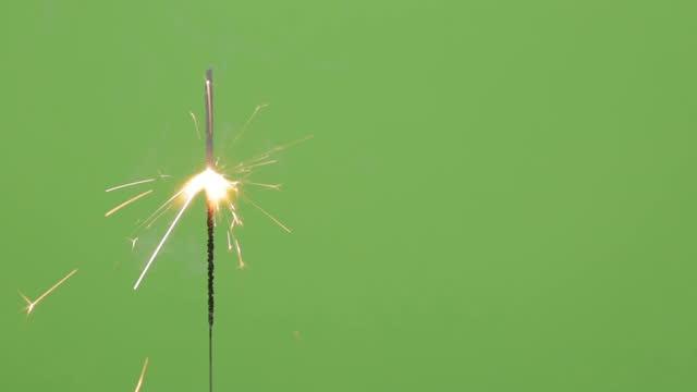 stockvideo's en b-roll-footage met sparkler brandt - cadeau