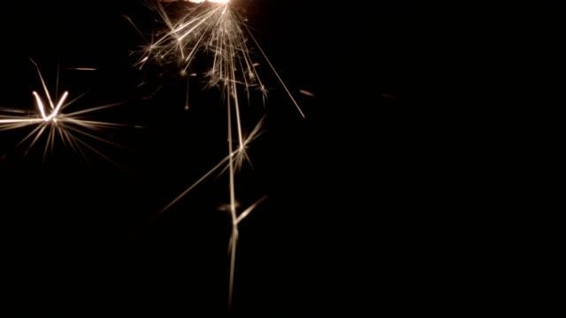 vidéos et rushes de cierge magique sur fond noir - touche de couleur
