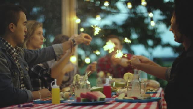 vídeos y material grabado en eventos de stock de luces de bengala después de la cena - veranda