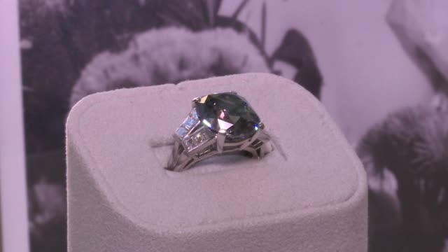 vídeos de stock e filmes b-roll de a sparkling diamond ring owned by child star turned diplomat shirley temple black throughout her long fabled life goes under the hammer in new york... - shirley temple