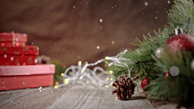 stockvideo's en b-roll-footage met slo mo sprankelende glitters vallen over de kerstboom - kerstmis