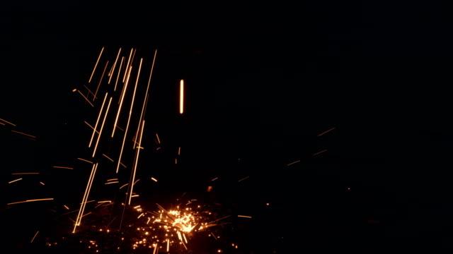 vidéos et rushes de étincelles tombant sur le plancher dans le processus de découpage en métal - tôle