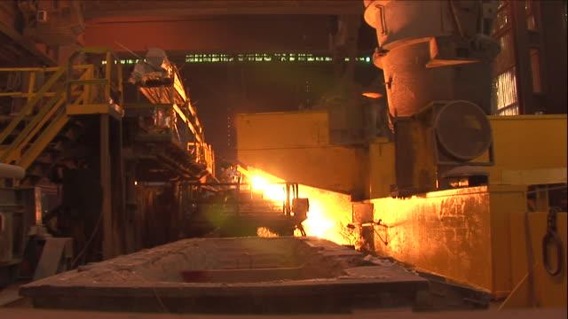 vídeos y material grabado en eventos de stock de sparks fly as molten metal is processed. - sparks