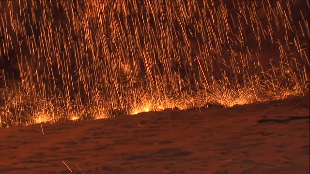 vídeos y material grabado en eventos de stock de sparks spray the floor of a steel factory. - sparks