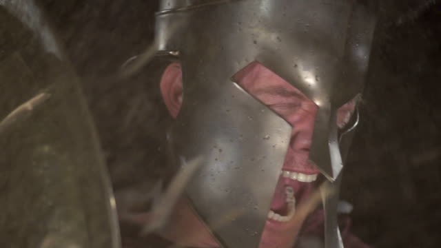 spartan soldato yells dietro shield a 240 fps - periodo medievale video stock e b–roll