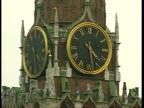 cu spasskaya clock tower in kremlin with 2 faces reading 4:28, moscow - römische zahl stock-videos und b-roll-filmmaterial