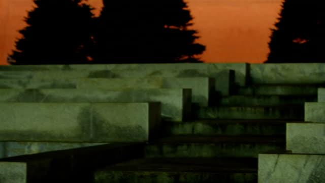 vídeos y material grabado en eventos de stock de torre de spasskaya y mausoleo en la noche - lenín