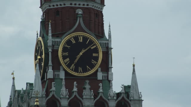 stockvideo's en b-roll-footage met cu spasskaya tower of kremlin / moscow, russia - torenspits