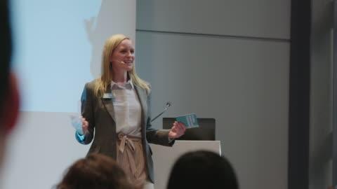 vídeos y material grabado en eventos de stock de ponente dando presentación a la audiencia en seminario - conferencia