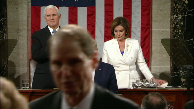 vidéos et rushes de speaker nancy pelosi rips up her copy of president donald trump's state of the union address after he finishes his speech. - président