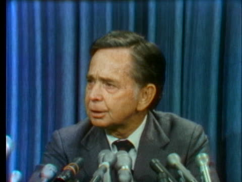 speaker of the house carl albert acknowledges at a press conference that he is next in succession to president richard nixon after the resignation of... - リチャード・ニクソンの大統領辞任点の映像素材/bロール