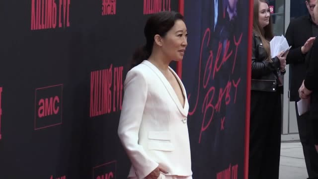 """vidéos et rushes de speaking at the killing eve's season two premiere in los angeles sandra oh promises fans a """"darker"""" second season while fiona shaw discusses brexit - sandra oh"""