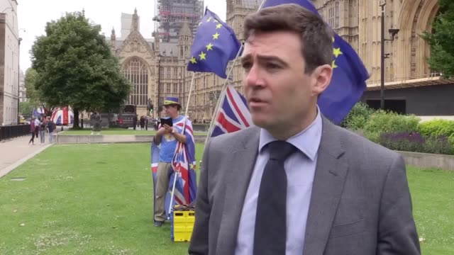 speaking on college green, london, the mayor of greater manchester andy burnham says frustrated train commuters in the north should get substantial... - fare video stock e b–roll