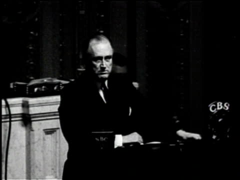 vidéos et rushes de fdr speaks to congress / women in a factory handle paper / a machine presses quarters and there is a close up / men look to the camera / a train... - 1934