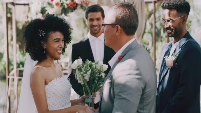 vídeos y material grabado en eventos de stock de un momento especial de padre e hija - novia relación humana