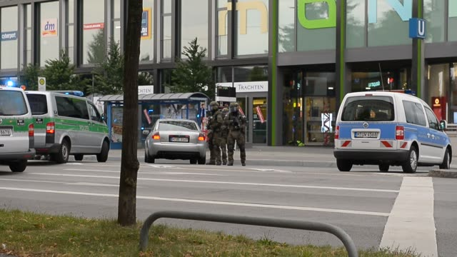 special forces leaving mall on july 22 2016 in munich germany - terrorismus stock-videos und b-roll-filmmaterial