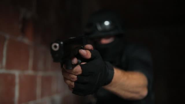 vídeos de stock, filmes e b-roll de homem com uma arma das forças especiais - tiroteio