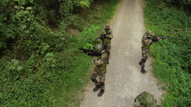 stockvideo's en b-roll-footage met special forces op het veld - militaire training