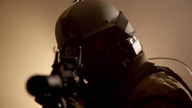 cu, r/f, special forces operator in full protection gear with assault rifle, tampa, florida, usa - 30 34 ��r bildbanksvideor och videomaterial från bakom kulisserna