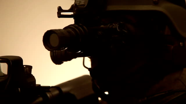 vidéos et rushes de ecu, special forces operator in full protection gear with assault rifle, tampa, florida, usa - armée américaine