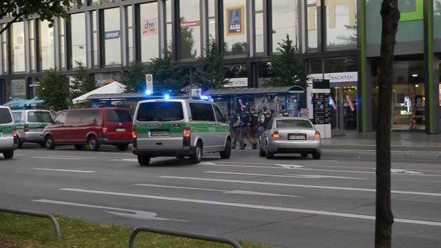 special forces running towards mall on july 22, 2016 in munich, germany. - terrorismus stock-videos und b-roll-filmmaterial