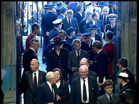 funeral of princess diana 0900 1000 buckingham palace gv palace pull out to crowds in front ls cenotaph cs crowds waiting silently gv cenotaph gv... - begräbnis stock-videos und b-roll-filmmaterial