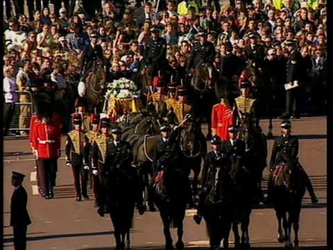 funeral of princess diana 1000 1100 1017 tgv the mall lined with people with buckingham palace in b/g tcms woman in crowd 1017 abbey cms hillary... - funeral stock videos & royalty-free footage