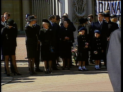 funeral of princess diana 1000 1100 procession route tcms woman praying tcms sad crowd cms crying upset women at 1011 pan crowd behind barriers tcms... - begräbnis stock-videos und b-roll-filmmaterial