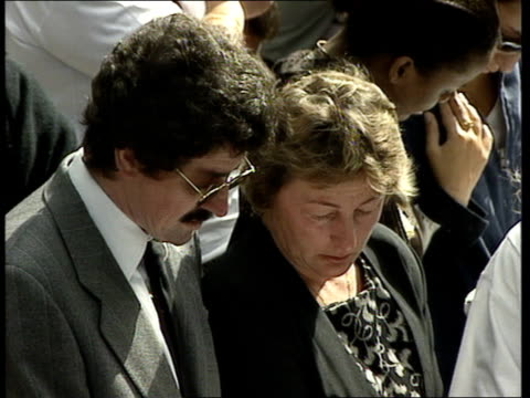 vidéos et rushes de funeral of princess diana 1100 1200 1124 all sing hymn the king of love my shepherd is gv congregation singing people outside abbey singing hymn... - funérailles