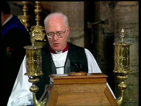 vídeos de stock e filmes b-roll de funeral of princess diana: 11.00 - 12.00; dr george carey continues calling everyone to say the lord's prayer 1154 people praying outside the church... - benção