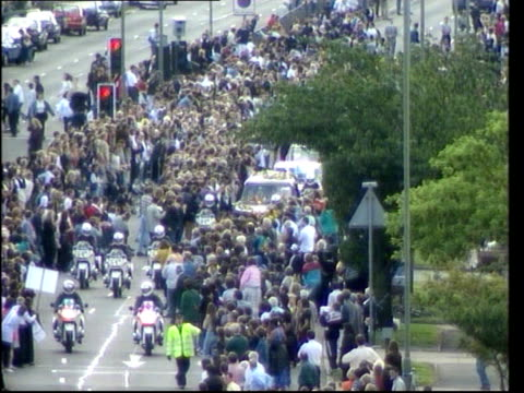 funeral of princess diana 1200 1300 1248 westminster abbey mourners leaving abbey sir cliff richard mourners departing mourners leaving abbey... - begräbnis stock-videos und b-roll-filmmaterial