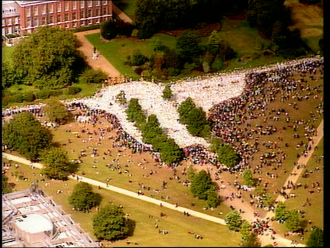 funeral of princess diana 1400 1500 london kensington palace kensington palace with huge white area of bouquets surrounded by people horseguards... - begräbnis stock-videos und b-roll-filmmaterial