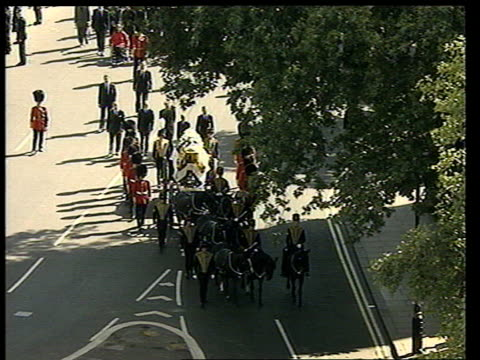 vidéos et rushes de funeral of princess diana 1500 1600 1536 tgv westminster abbey parliament square coffin on gun carriage along to abbey followed by prince charles... - princesse