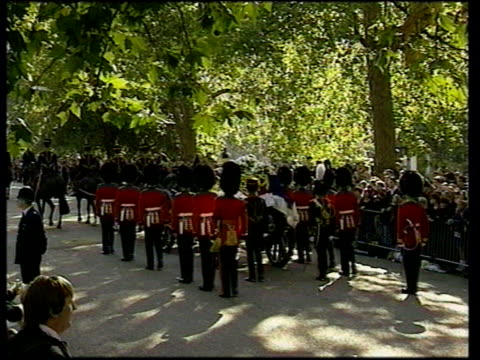 funeral of princess diana 1500 1600 studio england london kensington palace procession along sot cs woman holding candle and weeping wiping her eyes... - begräbnis stock-videos und b-roll-filmmaterial