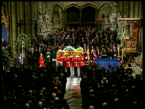 vidéos et rushes de funeral of princess diana 1600 1700 coffin carried to abbey door and pallbearers halt for one minutes silence and coffin leaving abbey mcdonald and... - funérailles